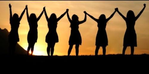 mujeres con las manos en alto