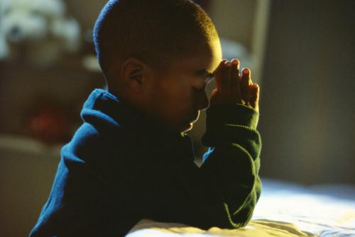 niño orando