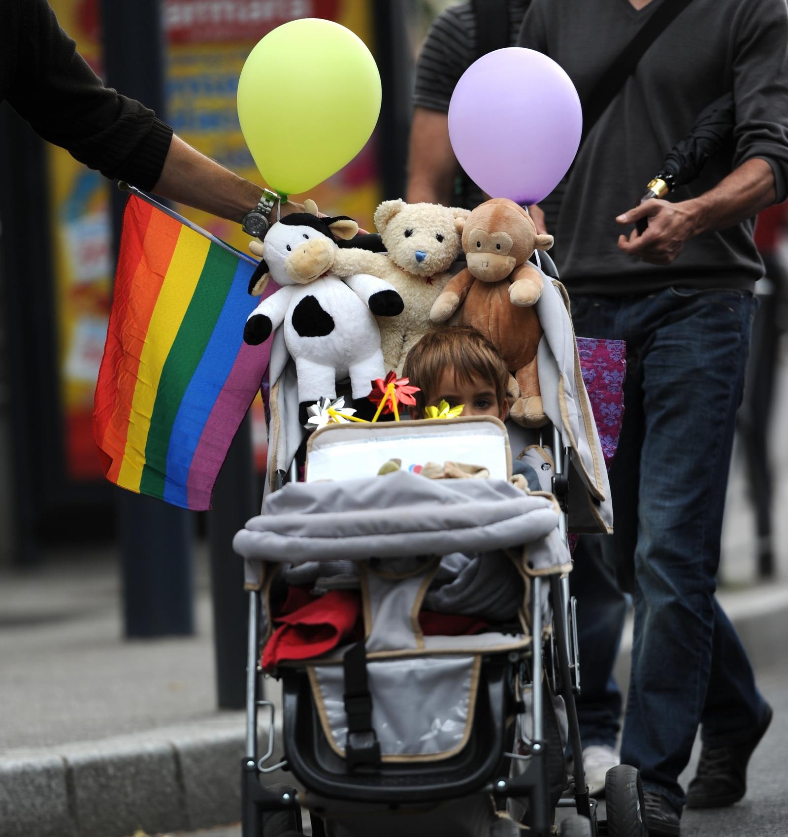 orgullo gay y carrito de ninos