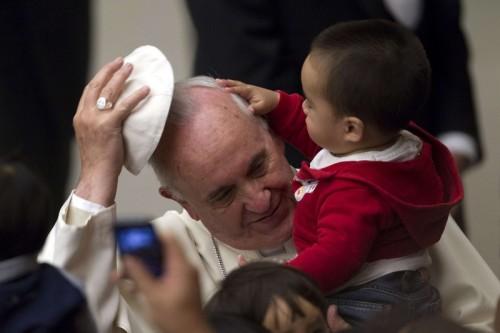 papa francisco con niño