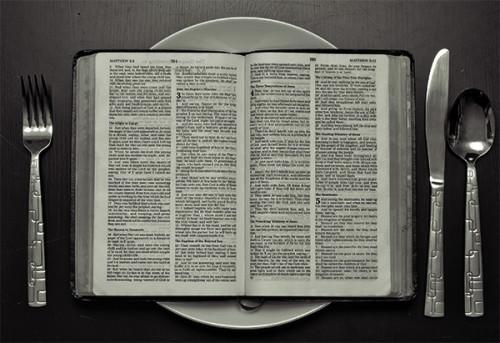 plato con la biblia