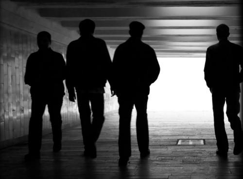 4 hombres en un tunel