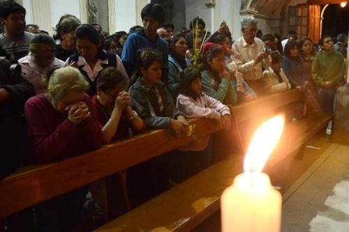 fieles en misa