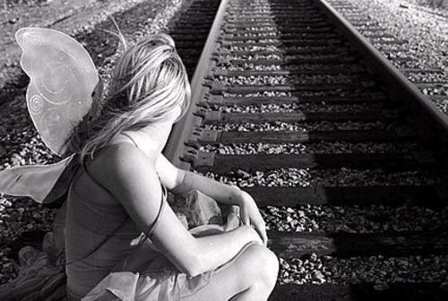 angel en vias de ferrocarril