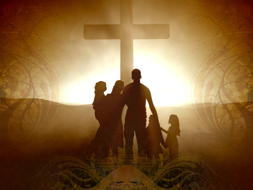 familia ante una cruz
