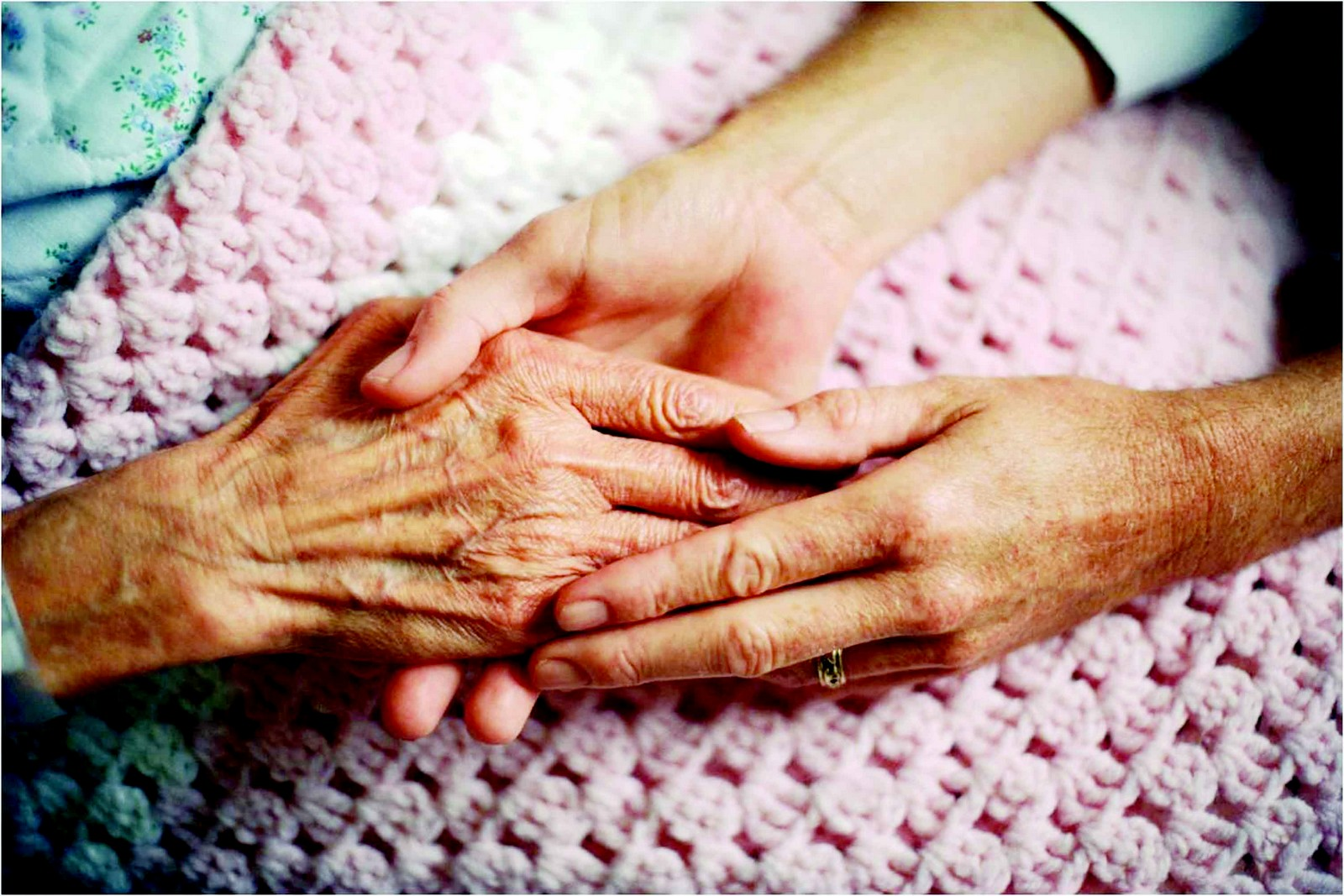 manos de enfermo y cuidador