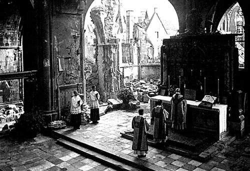 misa en iglesia destruida