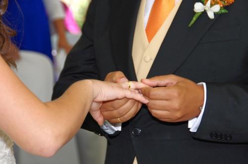 novio pone anillo a novia