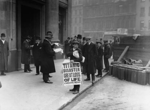 venta de periodico anunciando la tragedia del titanic