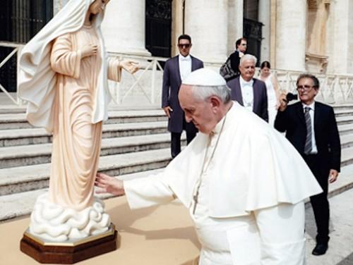 El-Papa-bendice-una-estatua-de-Medjugorje