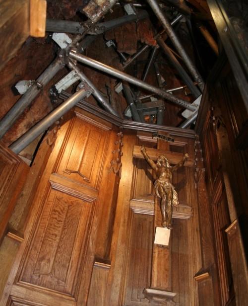 interior de capilla en arbol