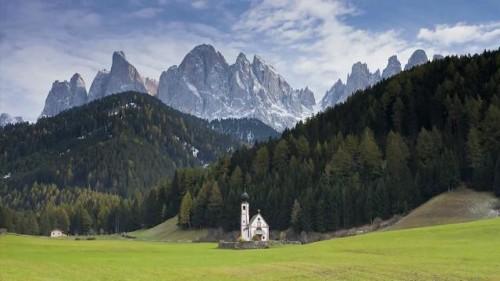 montaña e iglesia