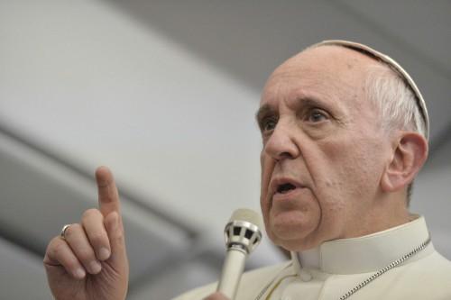 papa francisco alza dedo