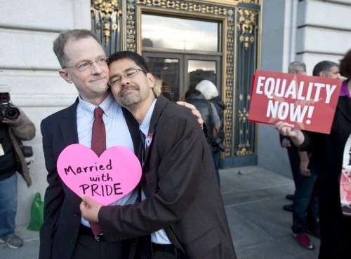 pareja gay fuera de la corte de eeuu
