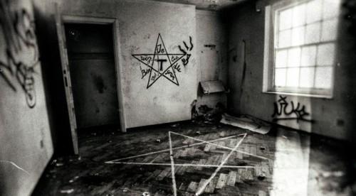 simbolo satanico en una casa