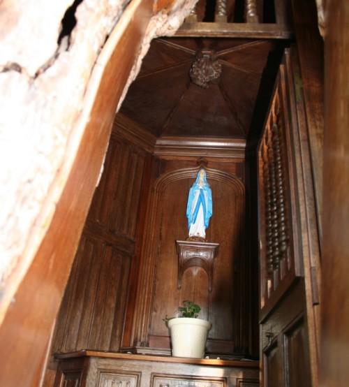 virgen de capilla en arbol