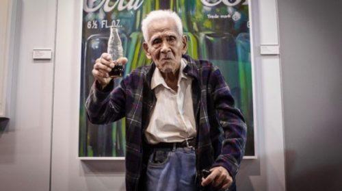 hombre de 100 años tomando coca cola