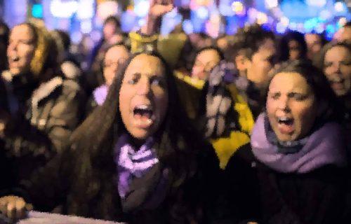 feministas gritando