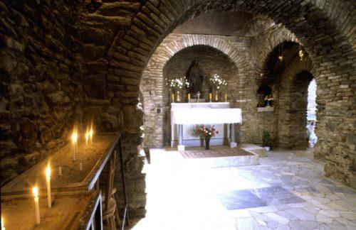 interior de la casa de efeso de la virgen