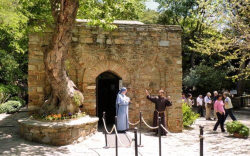 monja y monje en la puerta de la casa de la virgen en efeso