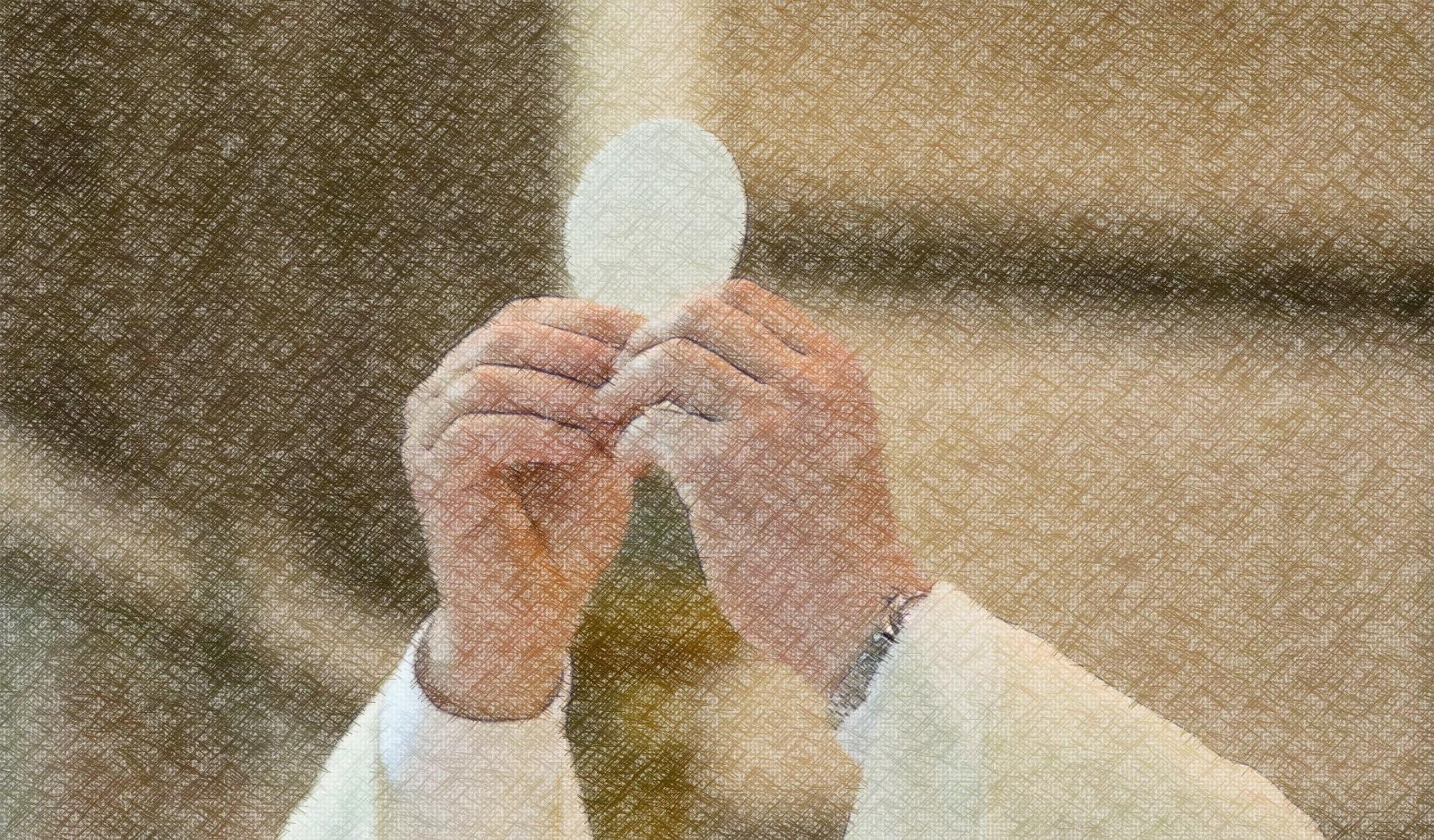 sacerdote mostrando la hostia