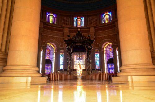 entrada interior de la iglesia de costa de marfil