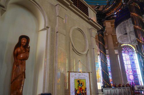 estatua en el interior de la iglesia de costa de marfil