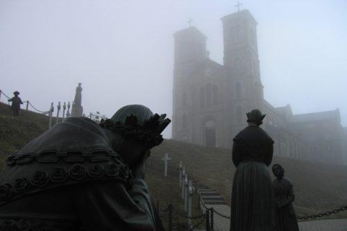 estatuas de la salette y fondo el templo