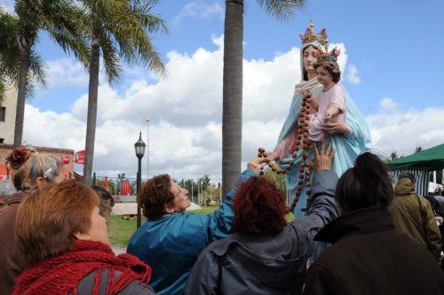 fieles venerando a ns del rosario de san nicolas