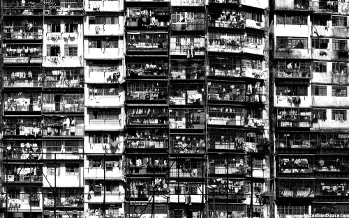 gente hacinada en edificios