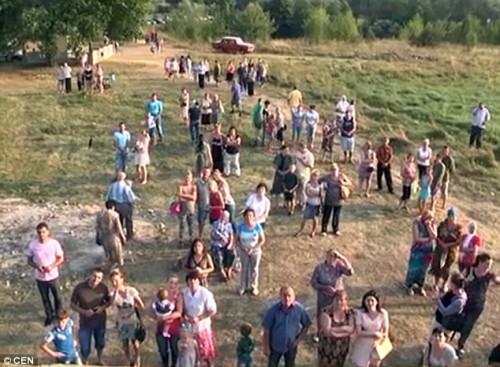 gente mirando la aparicion en vidrio de ucrania