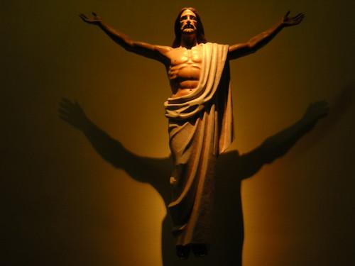 jesus con sombras en la cruz fondo
