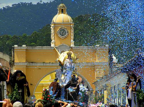 la inmaculada saliendo del templo de san francisco en guatemala