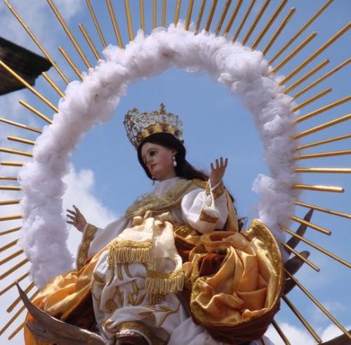 virgen maría en procesion