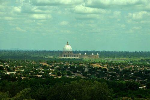 vista de lejos de la iglesia de costa de marfil