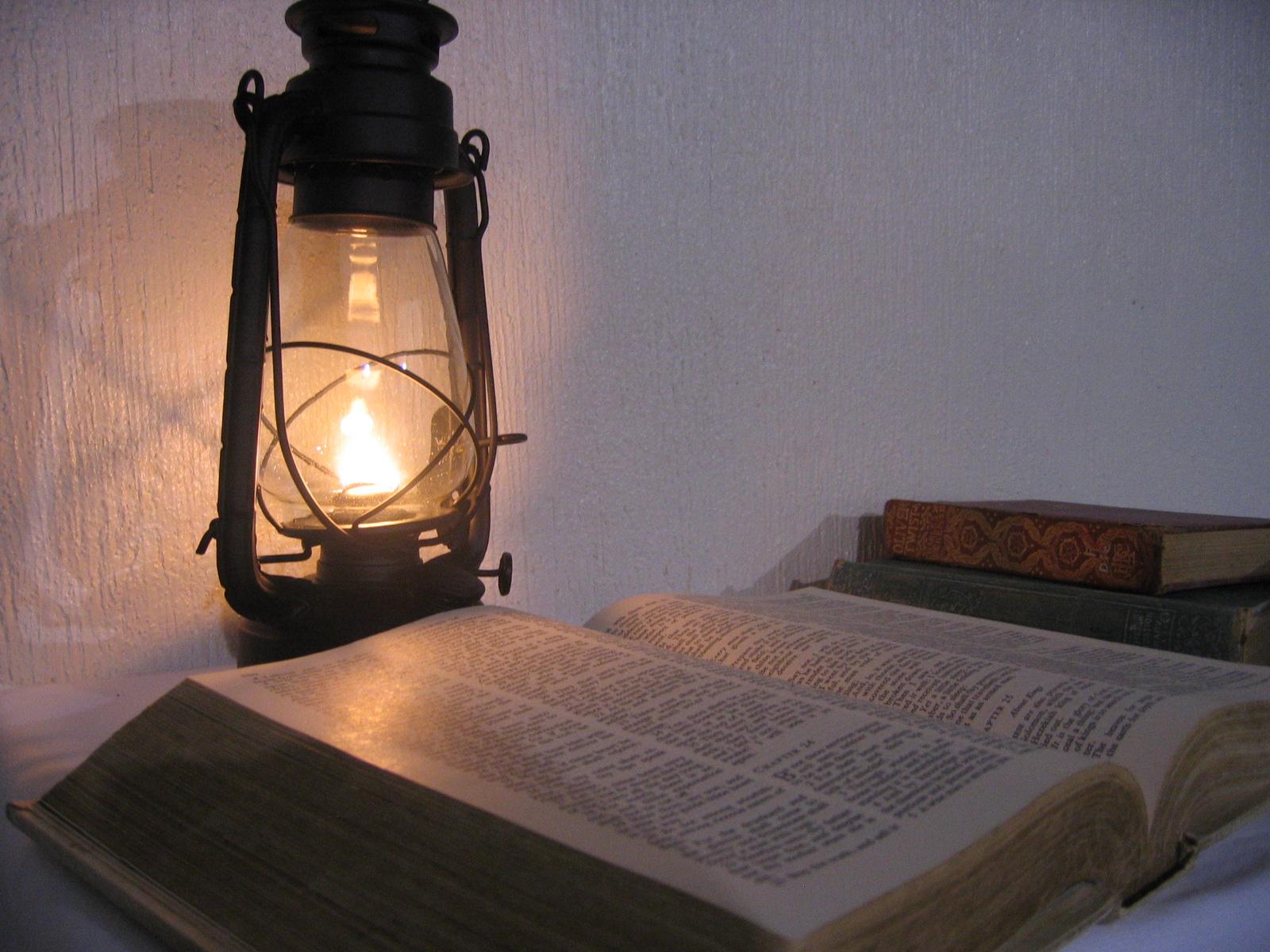 lampara encendida y biblia  fondo