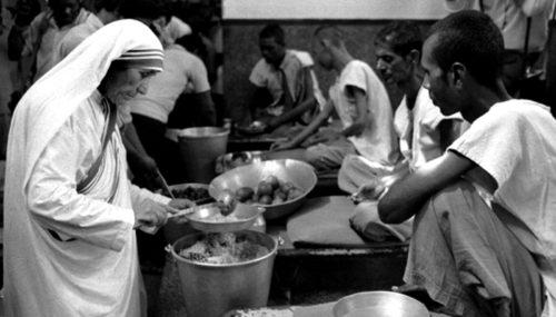 madre tersa en un comedor sirviendo