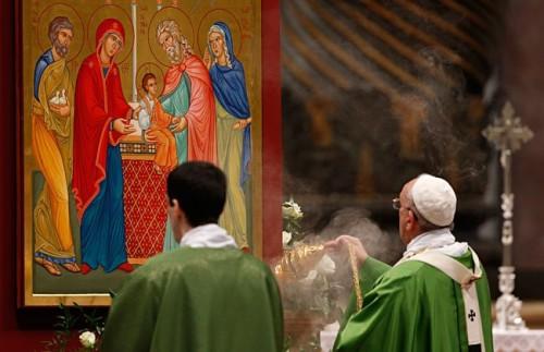 papa fgrancisco inciensando cuadro de familia