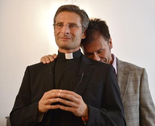 sacerdote gay charamasa y pareja