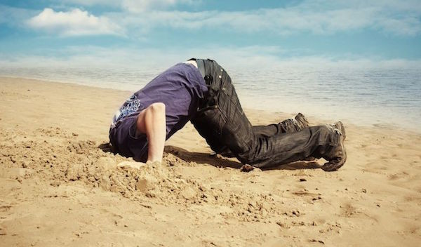 cabeza bajo la arena