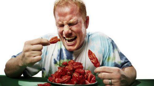 hombre comiendo ajies sufrimiento