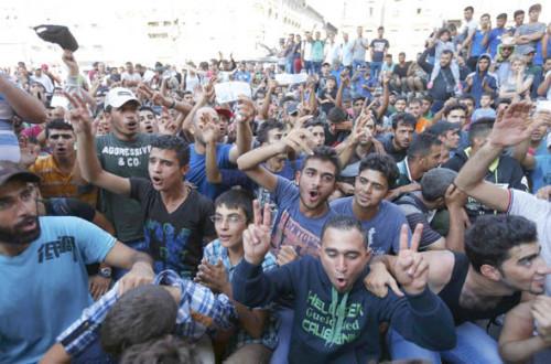 migrantes musulmanes festejan que llegan a europa
