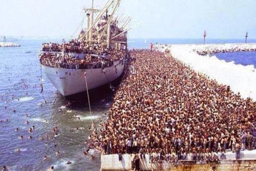 refugiados que llegan a francia en barco