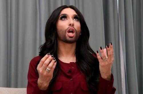 cantante trsnsexual mujer con barba