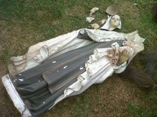 estatua de la virgen maria destruida