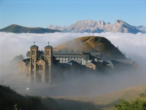 santuario de la salette entre nubes fondo