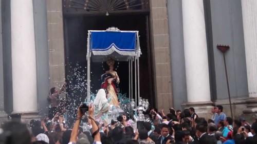 virgen de los reyes saliendo del templo de san francisco fondo