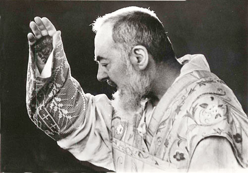 padre pio bendiciendo