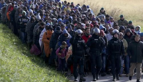 cola de inmigrantes musulmanes a europa fondo