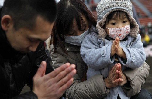 familia de fukushima orando